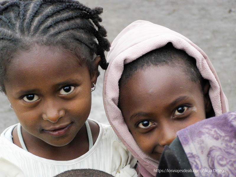 retrato de dos niñas de lalibela que miran con sus ojos negros a la cámara