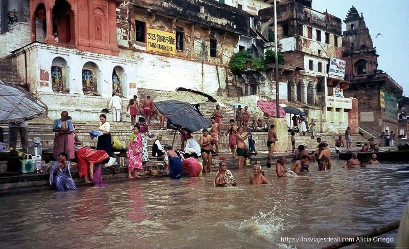 río benarés con fieles bañándose lugares de peregrinación