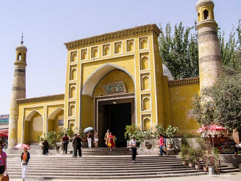 mezquita de kashgar pintada de amarillo lugares de peregrinación