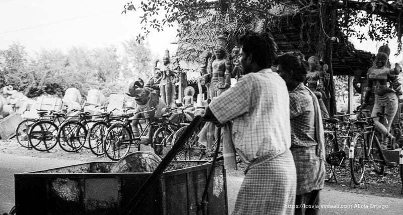 hombres trabajando en estatuas de piedra tamil nadu