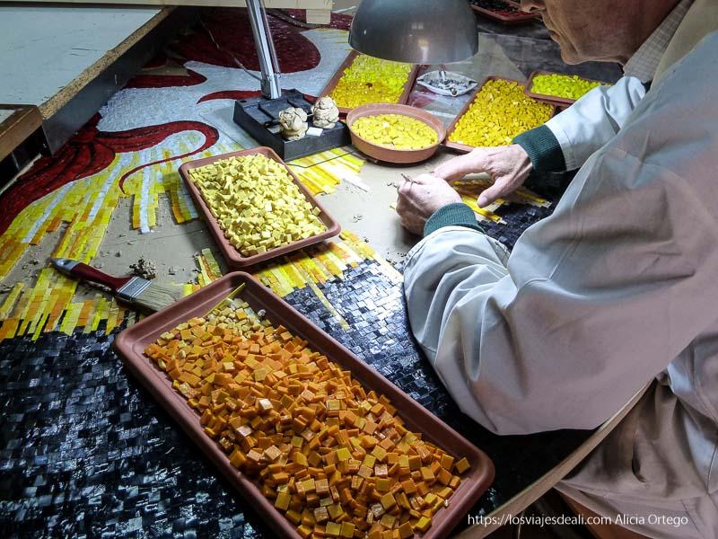 artesano haciendo mosaico con estelas de colores en monreale