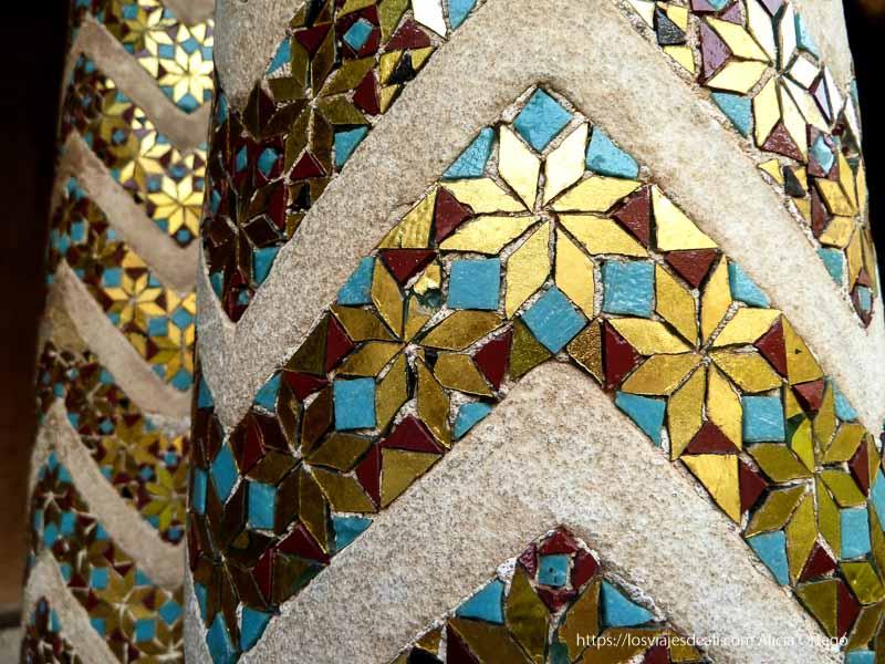 columnas con mosaicos de colores en monreale