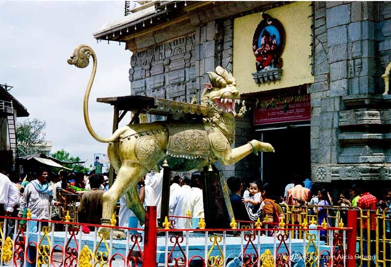 dios de cobre con forma de león en templo de mysore
