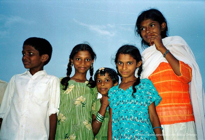 niñas mirando a cámara en mysore
