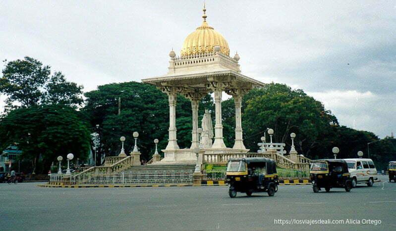 templete en glorieta con rickshaws circulando en mysore