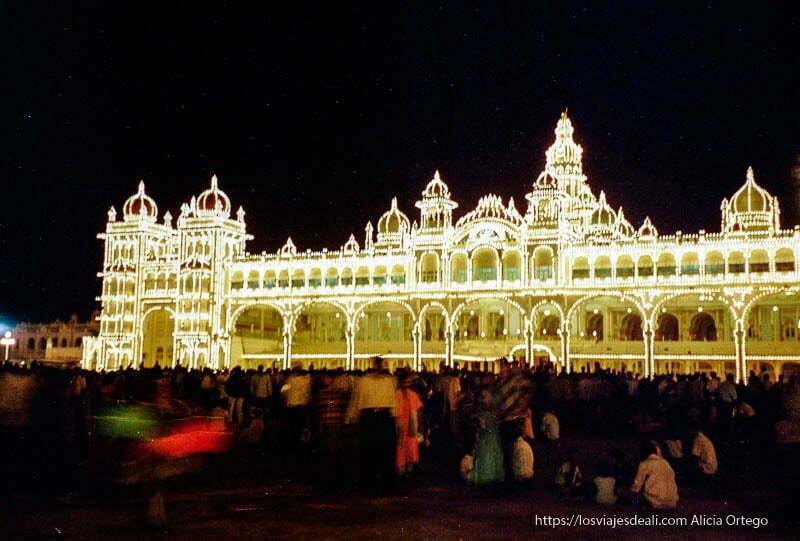 palacio de mysore iluminado por miles de bombillas