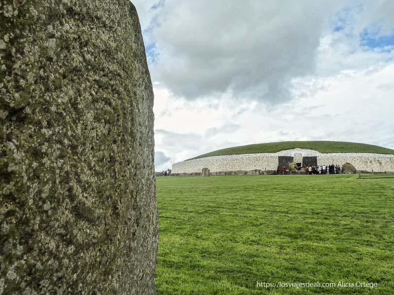 templo principal de newgrange con piedra grabada en primer plano