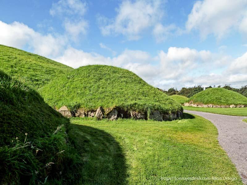 túmulos cubiertos de hierba en newgrange 3 semanas en Irlanda