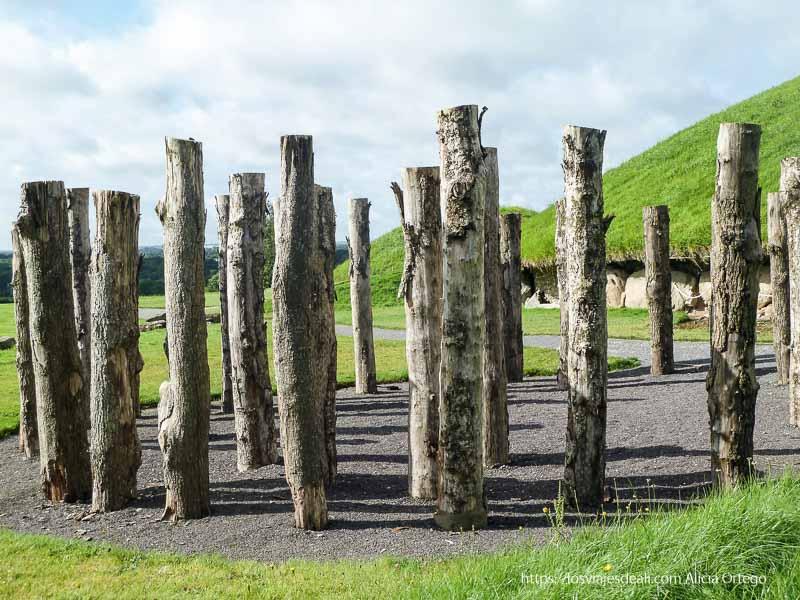 reloj solar hecho con troncos en newgrange