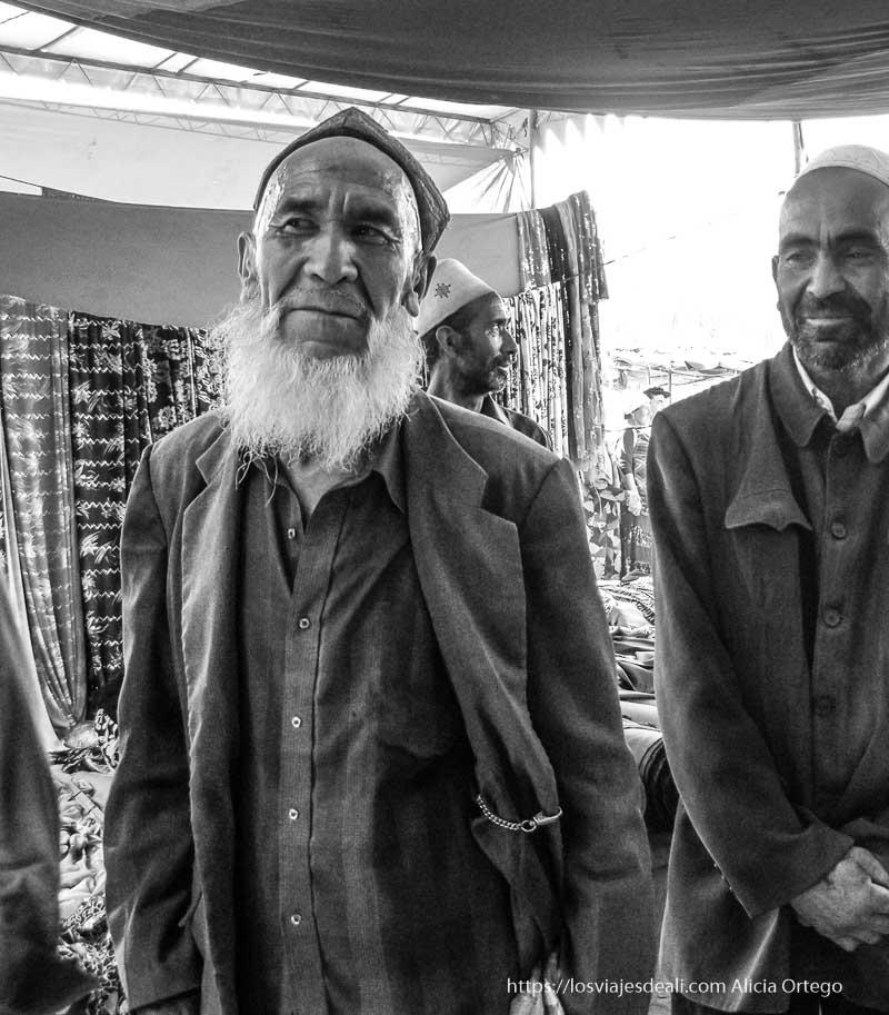 hombre con barba blanca y cabeza afeitada oasis de yarkand