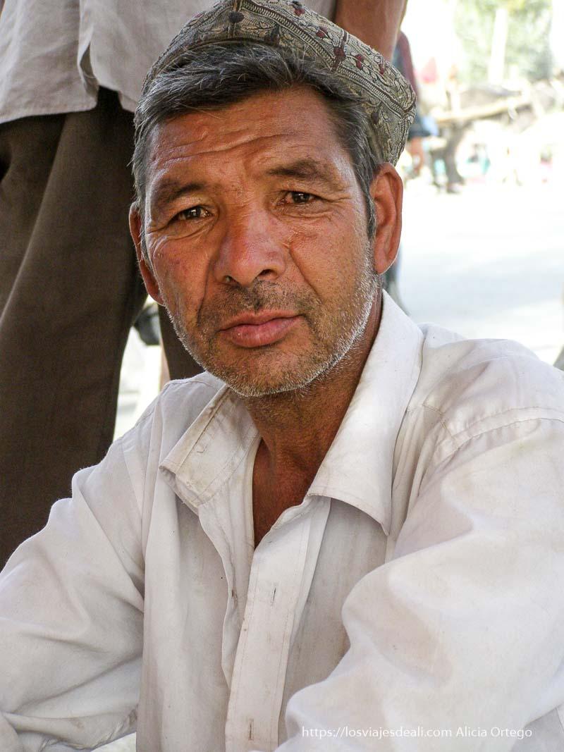 etrato de hombre con gorrito bordado oasis de yarkand