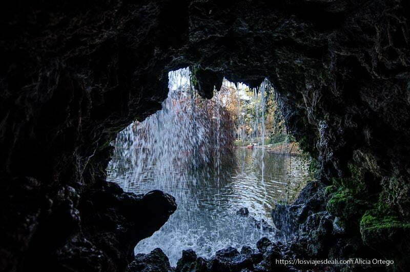 cascada desde dentro de cueva del palacio de cristal de el retiro