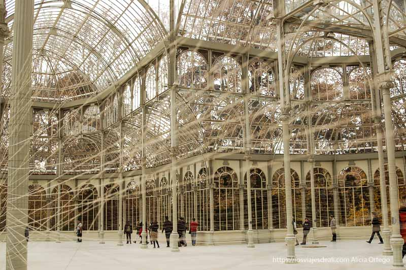 instalación de cuerdas tensas entre columnas en palacio de cristal de el retiro