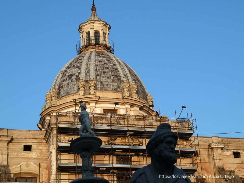 cúpula con andamios y estatua en primer plano palermo