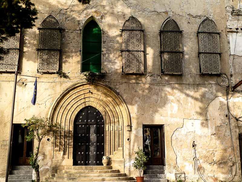fachada antiguo palacio con ventanas con celosías árabes palermo desconocido