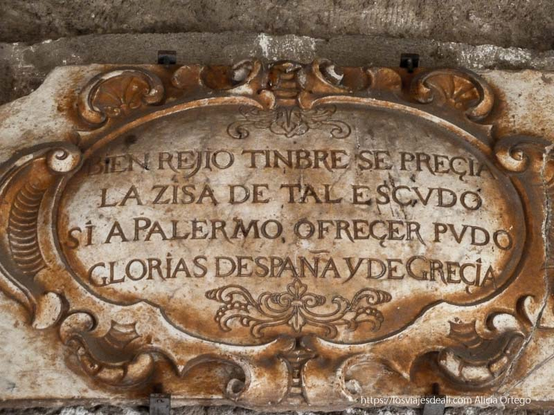 escudo de piedra del castillo de la zisa donde menciona a España y Grecia palermo desconocido