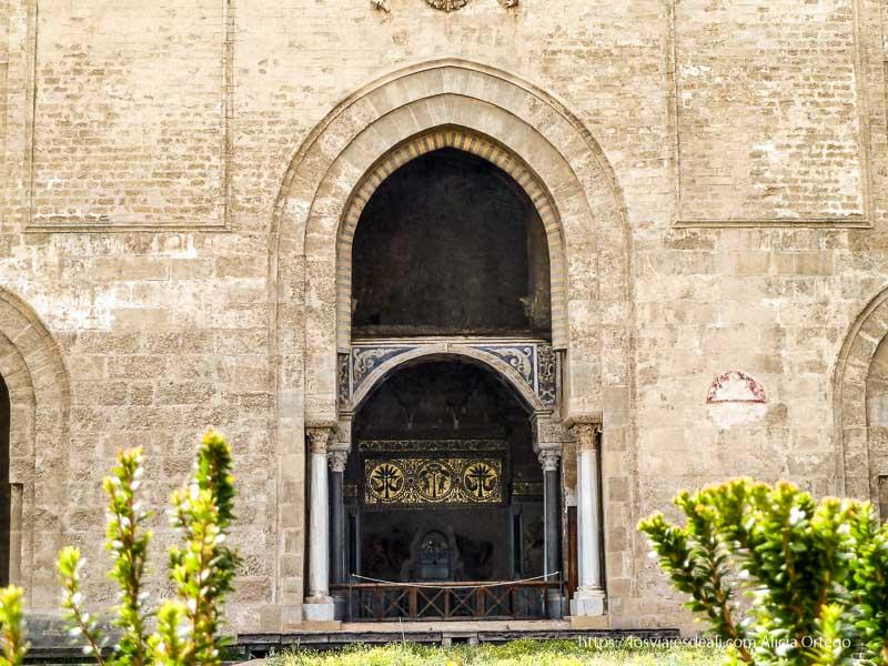 puerta con arco árabe mirando al jardín palermo desconocido