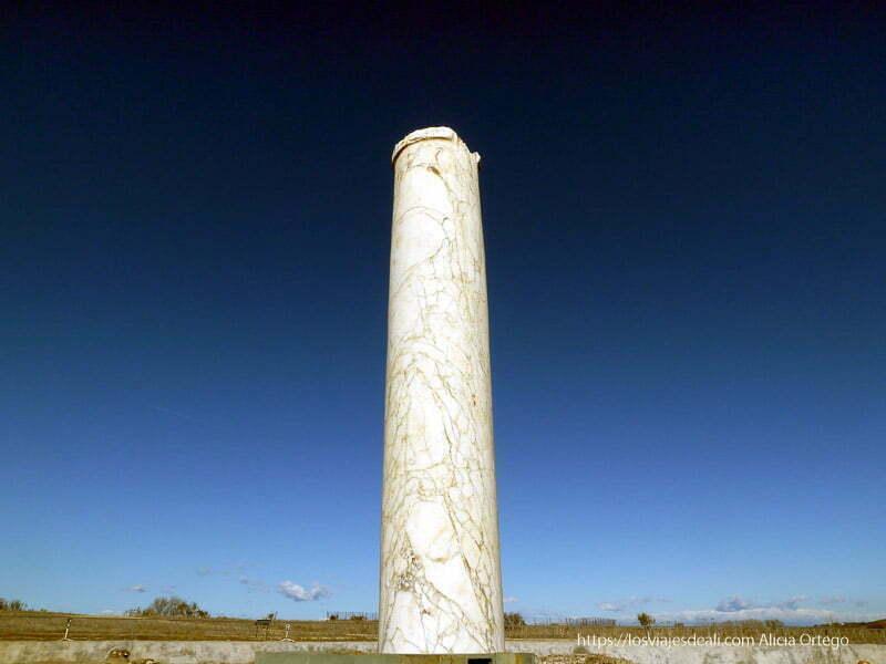 columna de mármol solitaria en el parque arqueológico de carranque