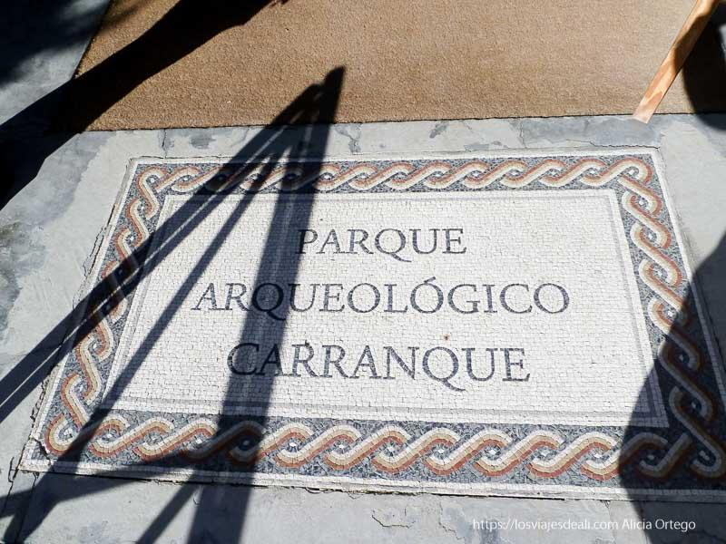 cartel hecho en mosaico en el suelo a la entrada del parque arqueológico de carranque