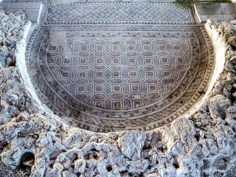 mosaico geométricos y de colores en parque arqueológico de carranque