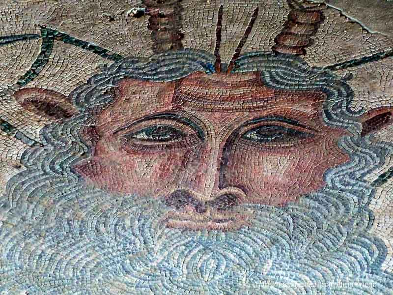 poseidón con grandes barbas en un mosaico del parque arqueológico de carranque