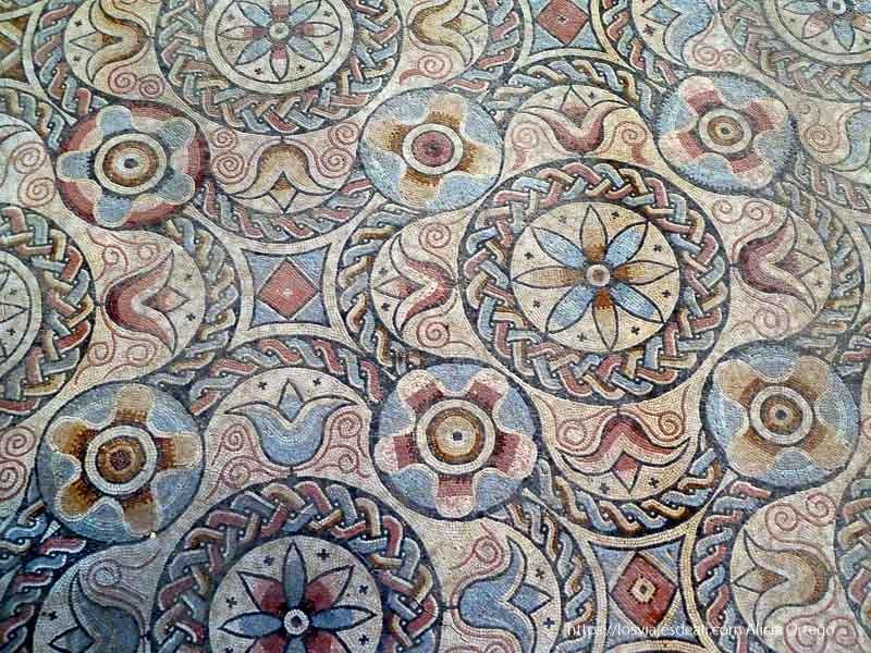 mosaicos florales de muchos colores en el parque arqueológico de carranque