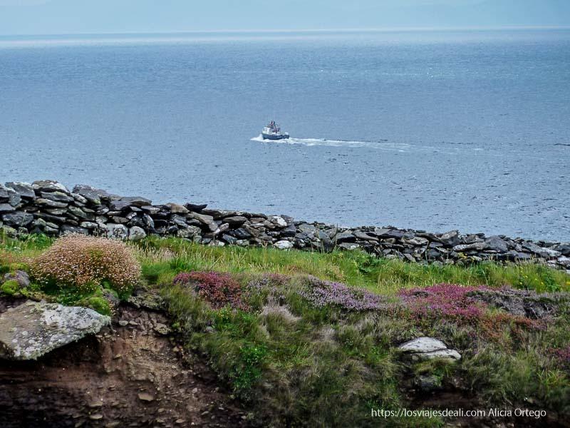 barquito en el mar península de dingle
