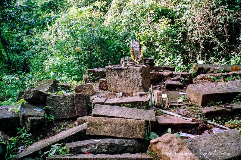 antiguo templo hindú en el parque de periyar de tamil nadu a kerala