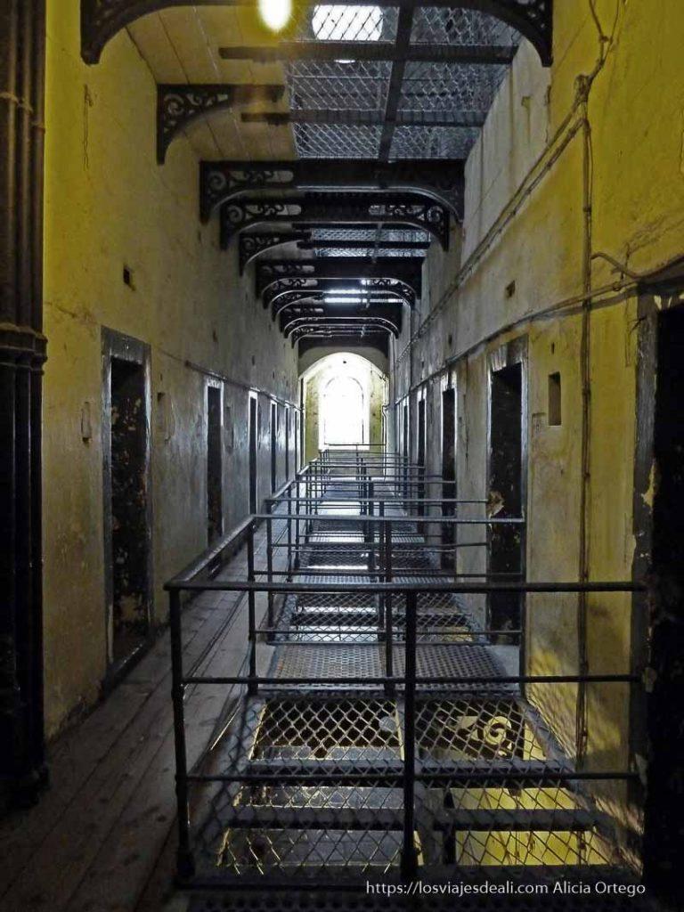 pasillo de celdas pintado de amarillo prisión de kilmainham