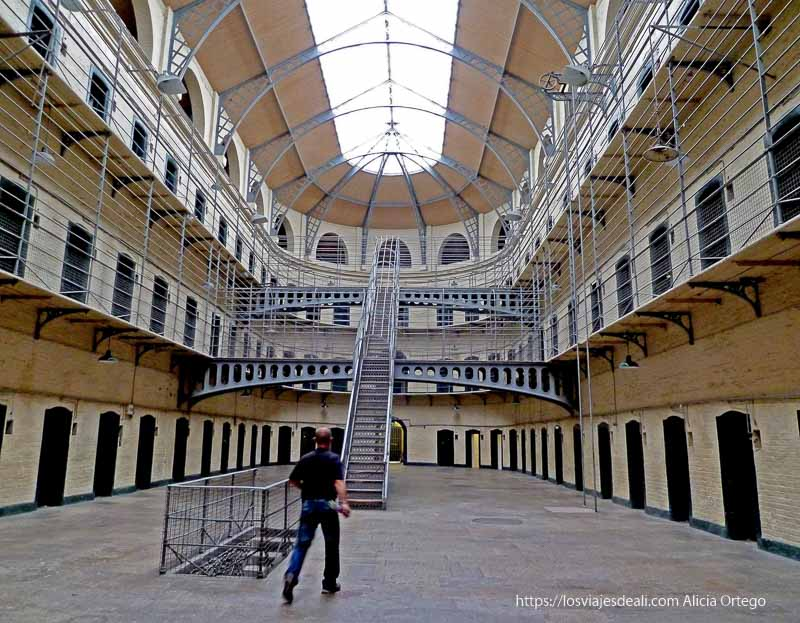 nave central con escaleras de metal prisión de kilmainham