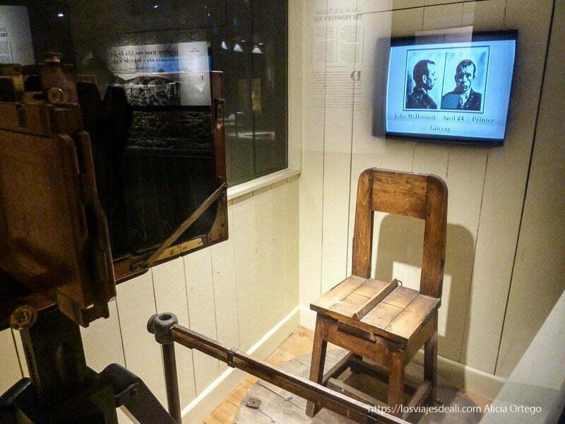 cámara de fotos y silla donde hacía fotos de presos prisión de kilmainham