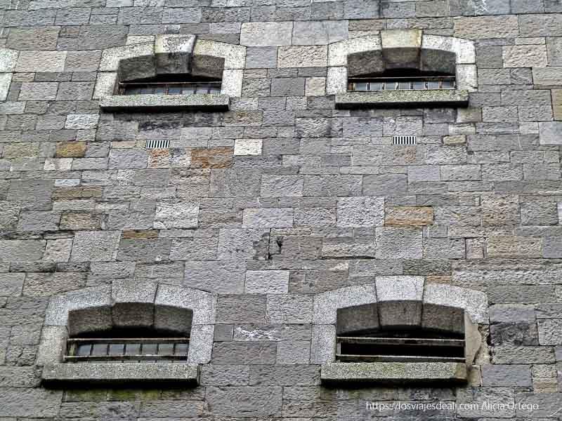 ventanas de celdas en el patio de la prisión de kilmainham
