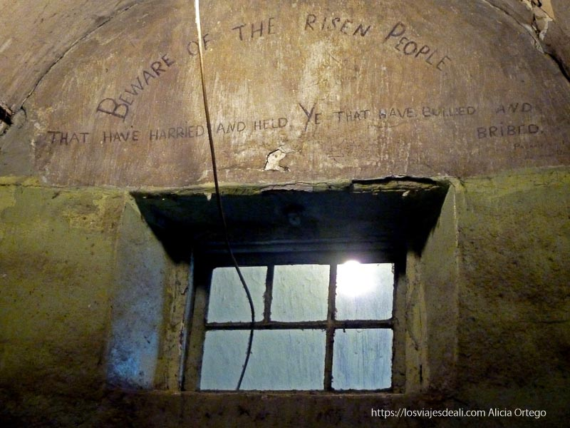 interior de celda con grafitis de presos prisión de kilmainham