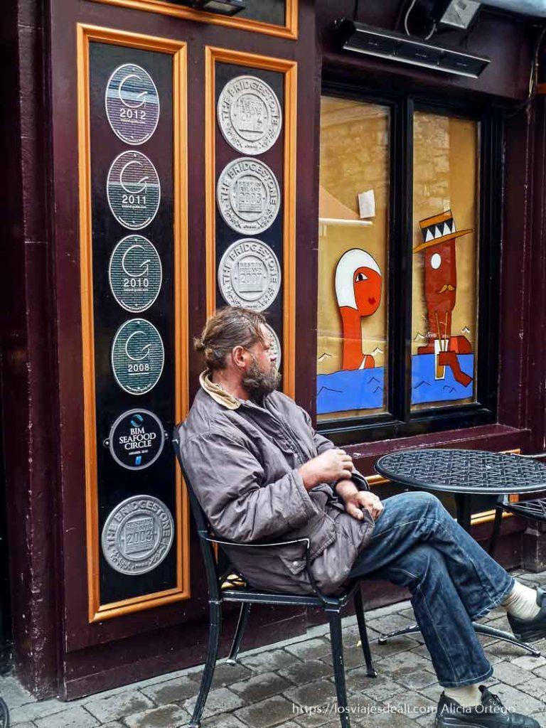 borracho sentado a la puerta de un pub qué ver en galway