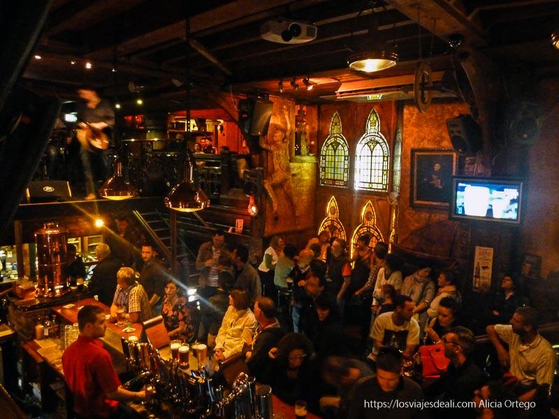 pub irlandés lleno de gente qué ver en galway