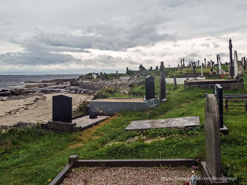 playa de Carraroe con cementerio mirando al mar qué ver en galway