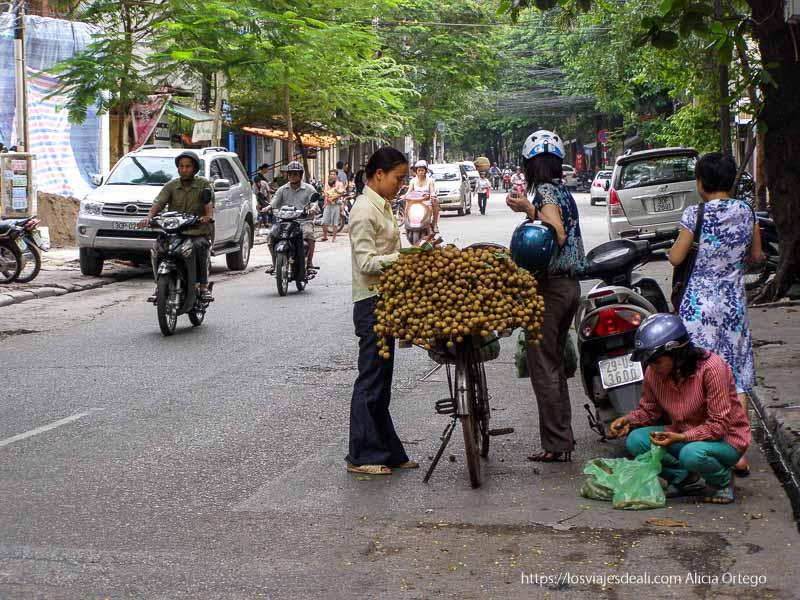 vendedora de lichis en bicicleta qué ver en hanoi