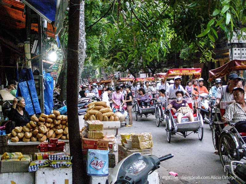 calles llenas de gente y mercancías qué ver en hanoi