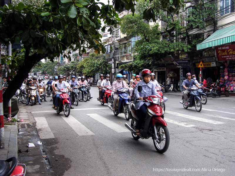 calle llena de motoristas qué ver en hanoi