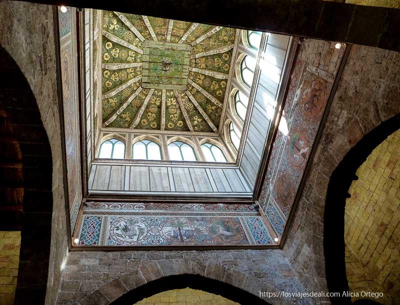 techo de vigas muy decoradas en el palacio de normandi qué ver en palermo