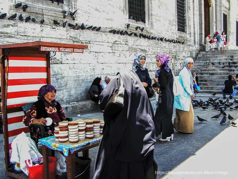 mujer vendiendo frutos secos a la puerta de una mezquita qué ver en un día en estambul