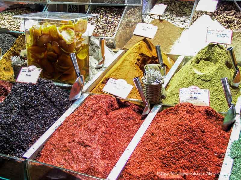 puesto de especias de varios colores en bazar qué ver en un día en estambul