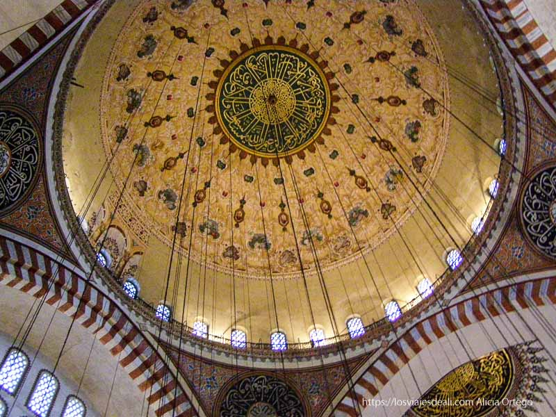interior de cúpula de mezquita azul qué ver en un día en estambul