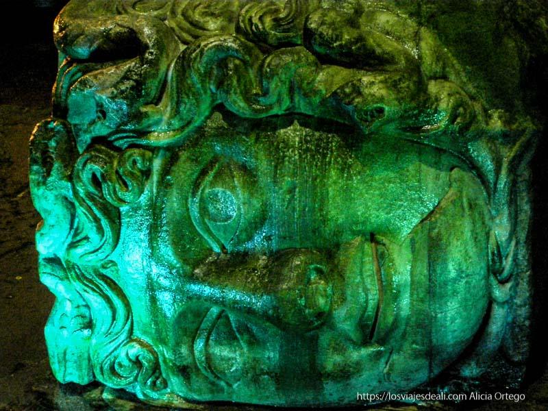cabeza de medusa tumbada en las cisternas qué ver en un día en estambul