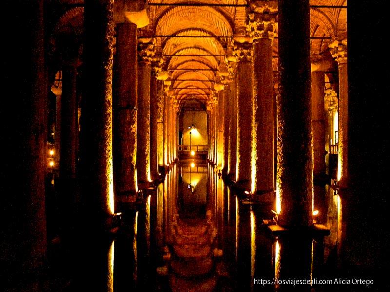 columnas reflejándose en el agua en las cisternas qué ver en un día en estambul