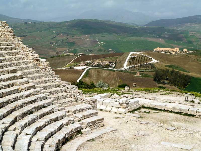 escaleras del teatro del yacimiento de segesta y paisaje verde