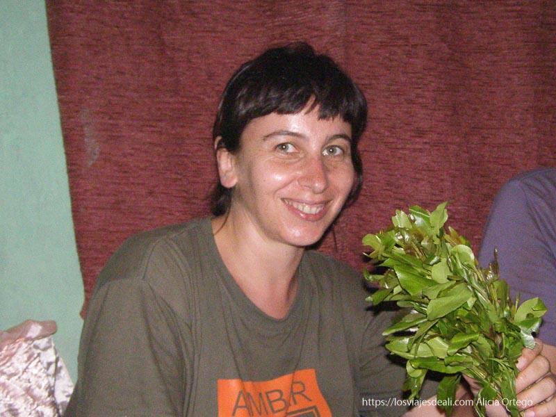 yo misma sonriente con un ramo de hojas sesión de chat