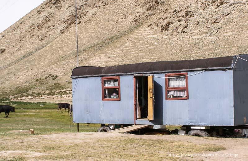 caravana cocina pintada de azul en tash rabat