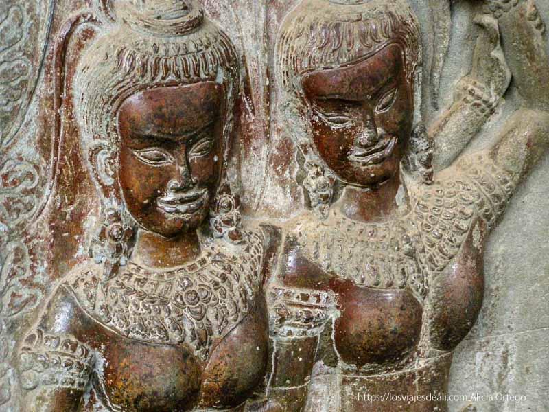 relieves danzarinas sonriendo templos de angkor