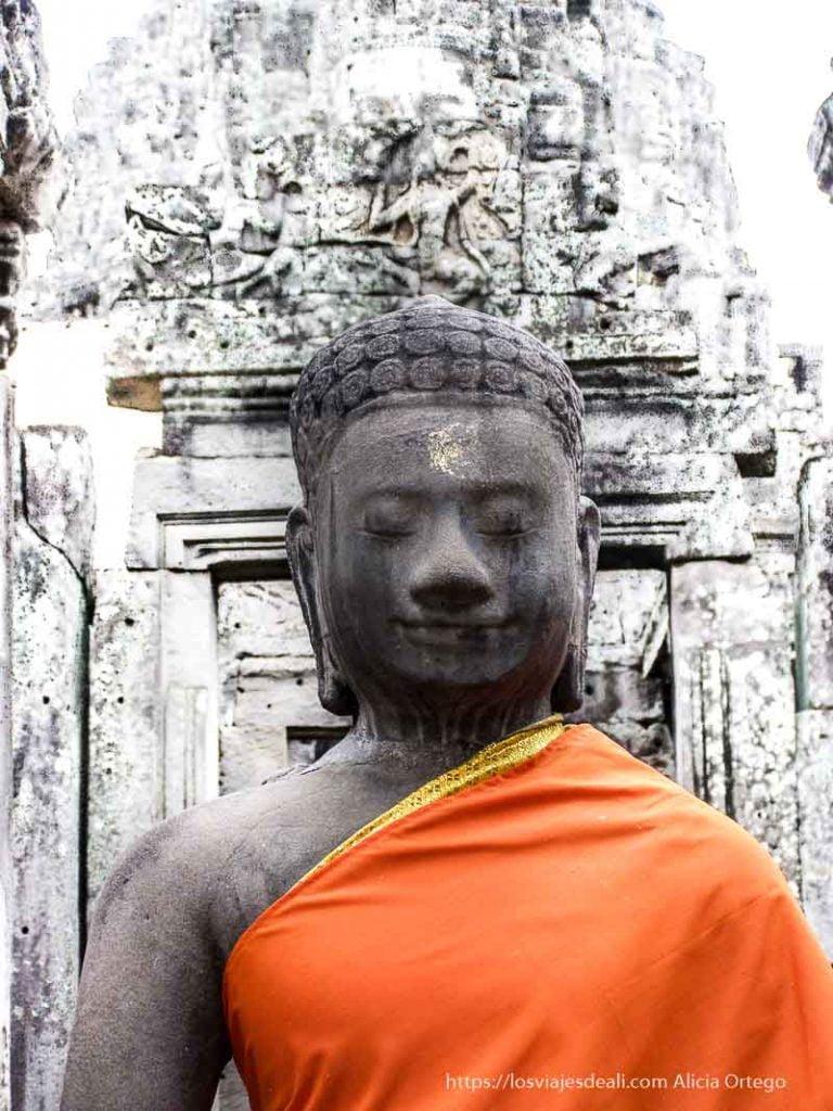 buda de piedra con túnica naranja templos de angkor